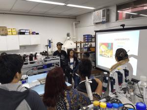 """Alunos ensino médio em Atividade de Extensão do Projeto """"Conhecendo a Biofísica"""" no LEM"""